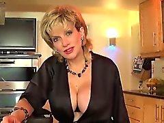 Infiel británico MILF Gill Ellis muestra sus enormes tetas