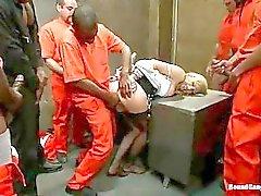 Sensuele blonde met zwarte kousen gevangen in de gevangenis Gangbang