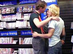 En la de una librería adulta unos chicos jóvenes están cruzando y de