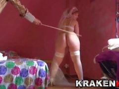 Mariée potelée aime la fessée dans une scène maison