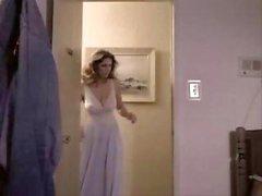 Klassieke porno met deze rondborstige brunette zuigen en paardrijden pik