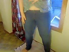 Teen mojando en jeans ajustados
