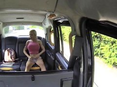 Fake Taxi Squirting Busty Blonde ger blowjob och anal