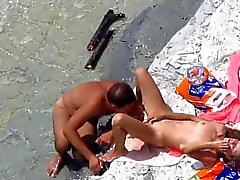 Tirkistelijät siitä yleiselle rannalle seksiä