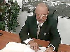 Jonge secretaris neukt haar oude baas