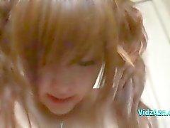 Asiatisk tjej får hennes fitta stimuleras med Vibrator slickas av hennes pojkvän på sängen i Roo