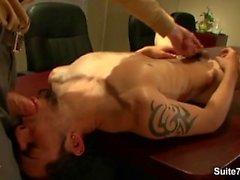 Slim Homosex wird Arsch gefickt hart bei der Arbeit