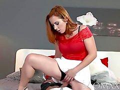 МОМ секси Redhead высасывает а трахается мышечное мужчину