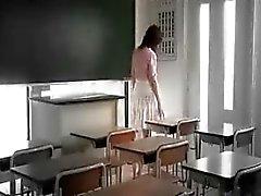 Linda colegiala asiática es tocado y tanteado por tres caliente