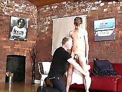 Bondage do músculo da camisa gay e livramento livre do filme bondage asiático do menino