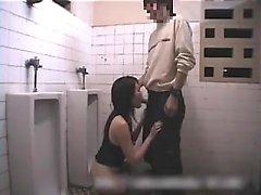 Chica asiática da mamada sensual en la ducha