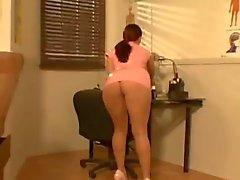 Rondborstige Sophie Dee in roze verpleegster uniform