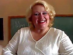 Knubbig MILF-lärarinnan har en trevlig liten wank