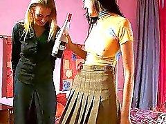 Пьяный lezzie подросток куриных трахает ее любовник с помощью страпон