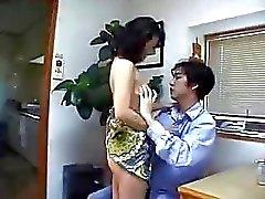 Japanse Moeder vindt Cock At Home !