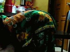 Mujer rural de Bangladesh se agacha