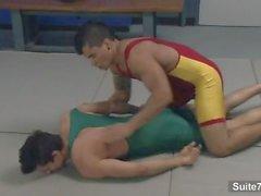 jocks sportifs Dante Escobar et Seth Roberts manger et baise leurs ânes