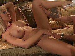 Jessica Lynn obtém seu bichano lambido antes de ...