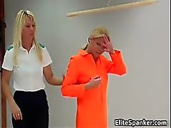 Blond in oranje tapijt muncher slapping