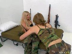 Muchachas Lesbian militares Jessie Andrews y Jana de Jordania
