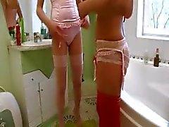Russische ernstige speelgoed testen op toilet