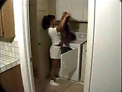 Aziatisch meisje verrast in het appartement