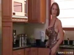 Brunette MILF , met enorme , nep tieten , wordt geneukt in de keuken