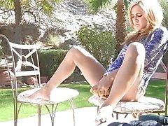 Ashley petite schattige amateur blonde met blote kont buiten en speelde kut binnenshuis