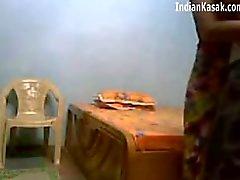 Indiase Servant neuken erg hard met huiseigenaar in slaapkamer
