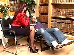 Brunette met een bril in teasing lingerie wordt geneukt in het kantoor door volwassen man