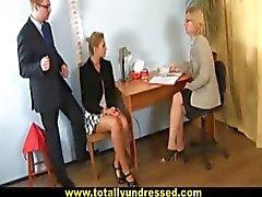 """Sexy blonde secretaresse wordt """" geïnterviewd"""