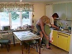 Oma neukt in de Lounge vervolgens de Keuken