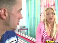 Blonde jóvenes a Chris Strokes seduce a una mujer niño