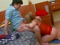 Meisje doorboort haar kut op een grote lul , zelfs zonder riemen af