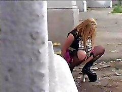 Geile blonde eet en neukt een paar zwarte lullen in het openbaar
