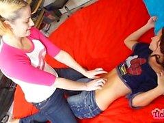Schläfriger Bauch Tickle Trick auf Jada Stevens