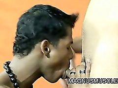 Тощие мышечной шпильки Джонатан Jamira есть инструктора спортзал