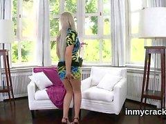 Linda gostosa está exibindo sua vagina apertada espalhada em cl