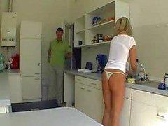 Vrouw wordt geneukt in de keuken