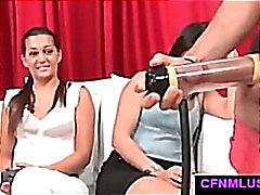 Парень с половой член стимуляторов дрочит во CFNM шоу