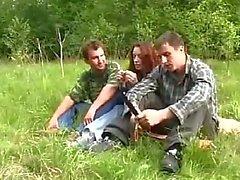 Giovane e ragazza violentata da due ragazzi Nella Foresta