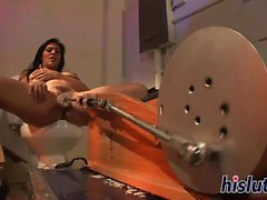 Raylene se clava por un artilugio mecánico