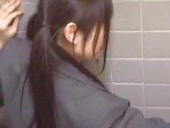 Девушка нащупала поезд и трахалась в заднице ...