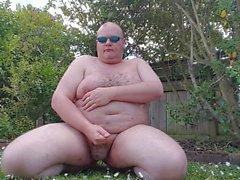 Dicker Mann hat mehr Spaß im Garten