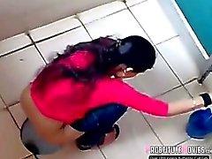 Индийские женщины снимали на шпионские камеры в общественном туалете