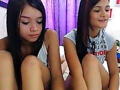Kahta provosoiva nuorilla tytöillä laittamalla ihmeelliset käyrät