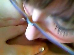 Симпатичная брюнетка поедает вне ее бритая громкая ФГ