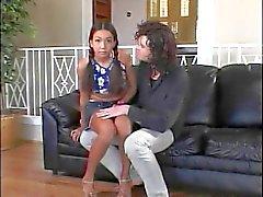 Jonge brunette wrijft dildo tegen haar clit terwijl kerel neukt haar van achteren