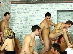Guarra consigue orales en orgy BDSM