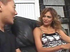 AMWF Latina Monique Fuentes interracial avec guy asiatique